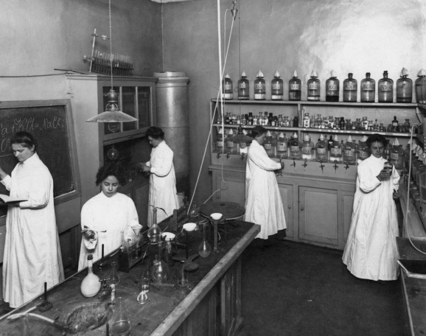 Курсистки за изучением химических составов лекарств